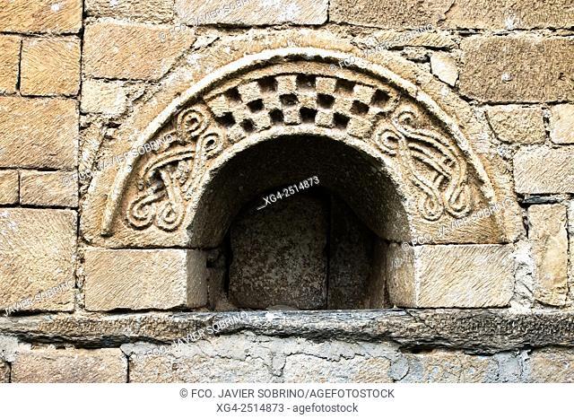 Arco rústico en la iglesia románica de Sant Feliu. Vilac. Val d'Aran. Lleida. Cataluña. España