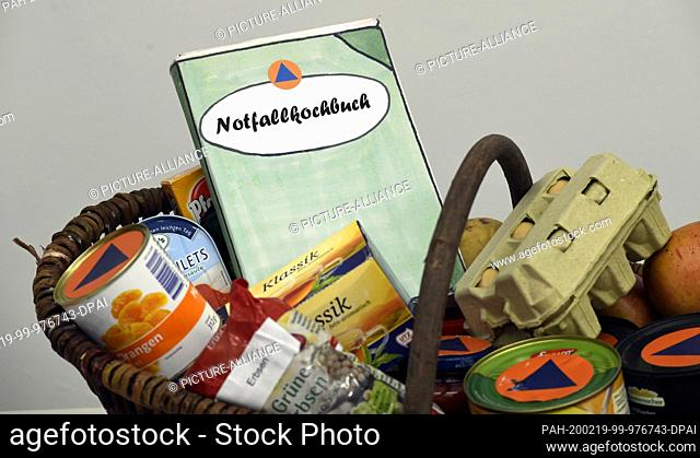 19 February 2020, North Rhine-Westphalia, Bonn: A book dummy lies in a basket of food. The Federal Office for Civil Protection and Disaster Control presents the...