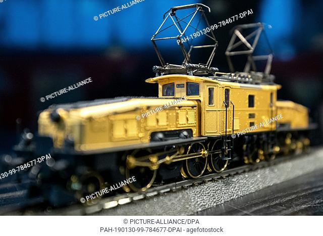 "30 January 2019, Bavaria, Nürnberg: A gilded electric freight locomotive of the series Ce 6/8 II """"Crocodile"""" of the Swiss Federal Railways (SBB) in the..."