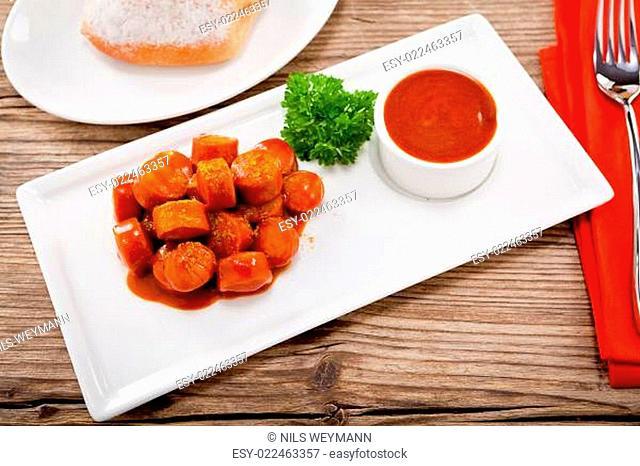 leckere würzige currywurst mit brötchen