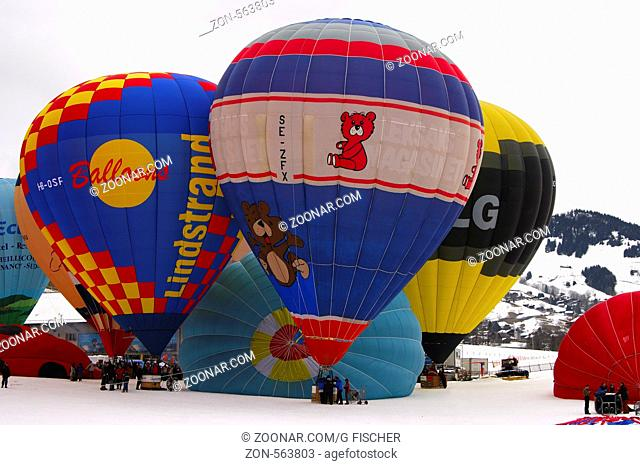 Heissluftballone am Startplatz, Internationales Ballon Festival, Heissluftballoon, Chateau-d'Oex, Schweiz / Montgolfiers on the launching site, hot air balloon