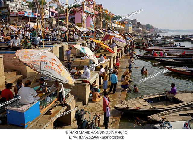 Pilgrims bathing in river ganga, varanasi, uttar pradesh, india, asia