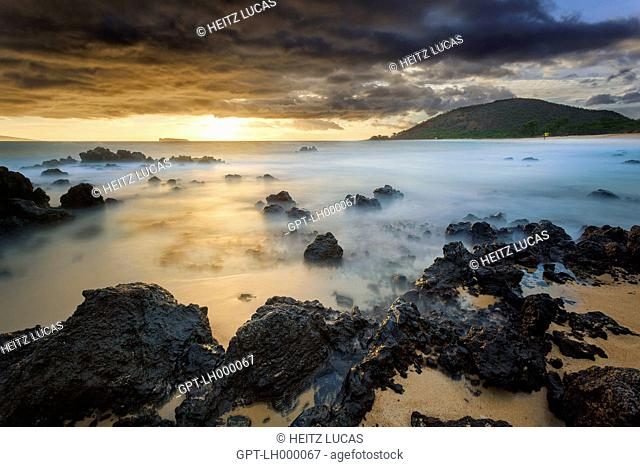 SUNSET OVER THE VOLCANIC ROCK BEACH, BIG BEACH, MAKENA, KIHEI, MAUI, HAWAII, UNITED STATES, USA