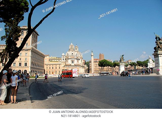 Sculptures belonging to the Vittorio Emanuelle II National Monument -Altare della Patria- 1895by Giuseppe Sacconi from Piazza Venezia  In the background and in...