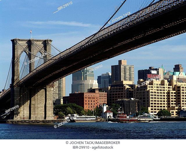 USA, United States of America, New York City: Brooklyn Bridge und Skyline of Brooklyn Heights, East Rive