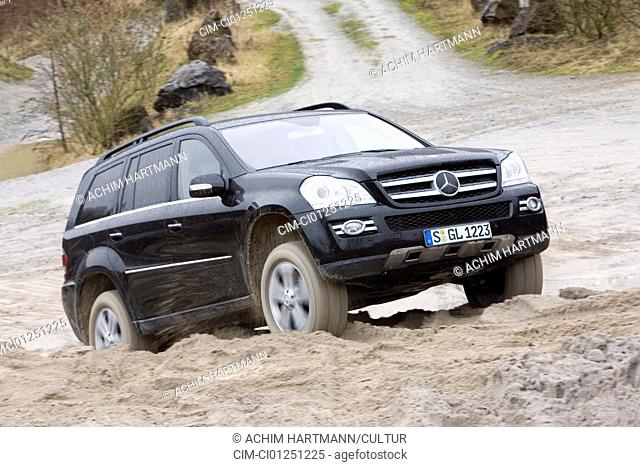 Mercedes GL 500, model year 2006-, black, driving, diagonal from the front, frontal view, offroad