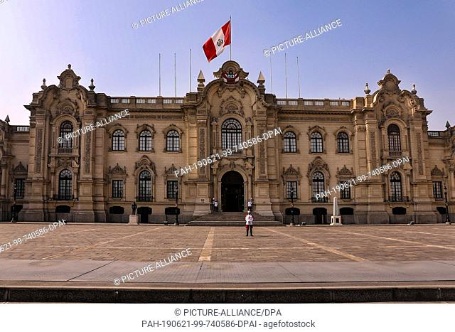 02 May 2019, Peru, Lima: In front of the government palace in Lima at the Plaza Major de Lima there are guards with swords