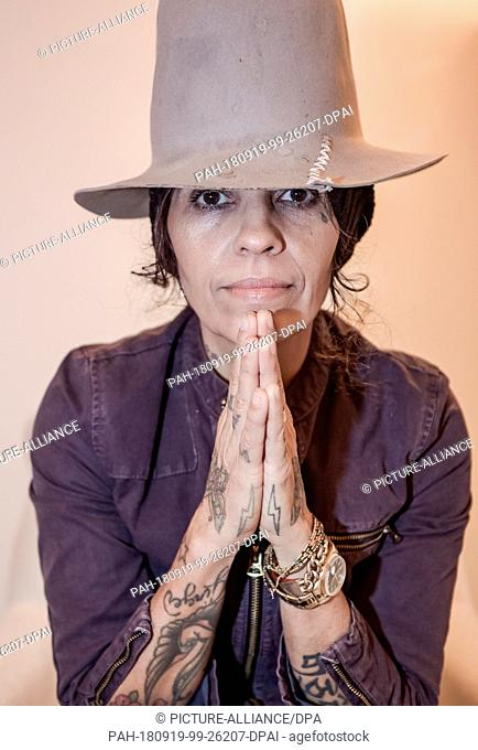 19 September 2018, Hamburg: Linda Perry, American singer and composer, looks into the photographer's camera at the Hotel Vier Jahrezeiten