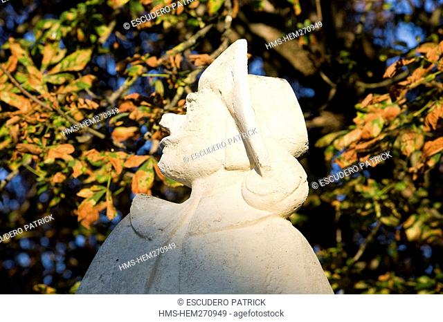 France, Dordogne, Perigord Pourpre, Bergerac, Place de la Myrpe, Cyrano de Bergerac statue