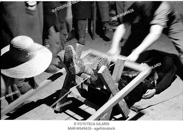 SACRO E PROFANO Rito di mezza quaresima del mondo contadino 'Sega la Vecchia'. Parte del servizio fotografico al seguito di Diego Carpitella e Tullio Seppilli:...