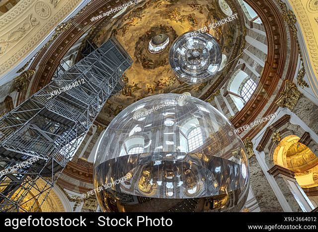 Kunstinstallation Aerocene mit riesiger spiegelnder Kugel in der barocken Karlskirche in Wien, Österreich, Europa | contemporary art installation Aerocene by...