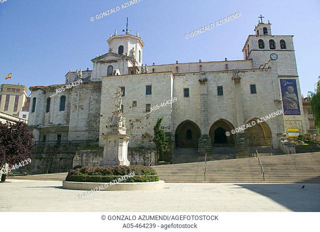 Catedral y Plaza con monumento a la Ascensión. Santander. Cantabria. Spain