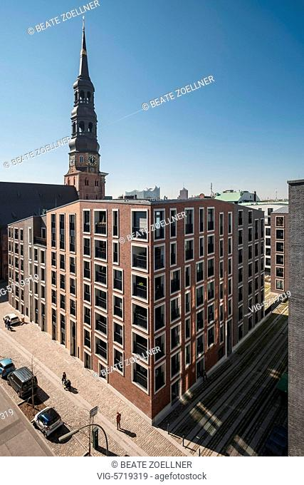 Blick auf den Turm der Hauptkirche St. Katharinen in der Hamburger City. Im Hintegrund die Silhouette der Elbphilharmonie - Hamburg, Hamburg, Germany
