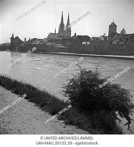 Blick auf das Panorama von Regensburg mit der Donau, dem Dom und dem Uhrturm am Alten Rathaus, Deutschland 1930er Jahre. Regensburg skyline with cathedral