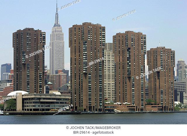 USA, United States of America, New York City: Apartment buildings at the east river. Empire State Building