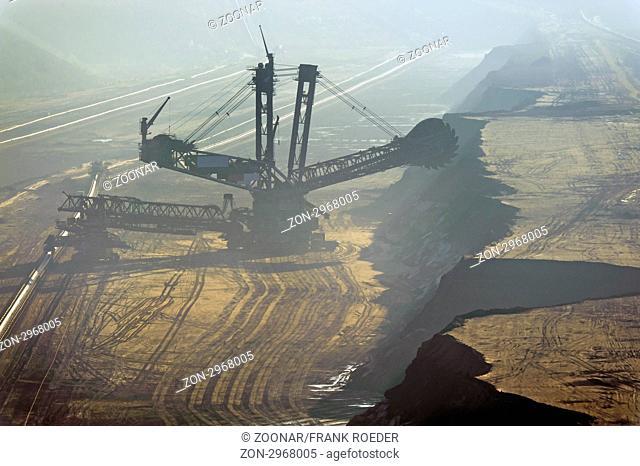 Schaufelradbagger in einem vernebelten Tagebau