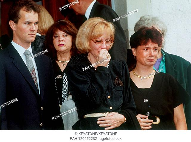 Liselotte Pulver (M) and her son Marc-Tell (l) at the funeral of husband and father Helmut Schmid on 22 July 1992 at the cemetery in Perroy (Switzerland)