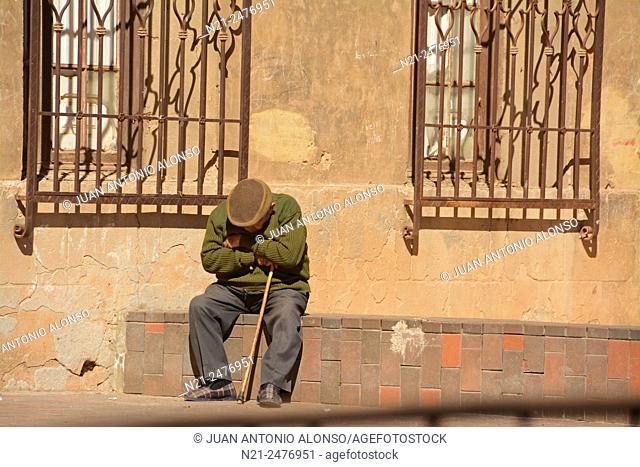 OLd man taking a nap. Old quarter. Calatayud, Zaragoza, Aragón, Spain, Europe