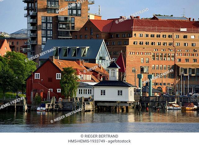 Sweden, Vastra Gotaland, Goteborg (Gothenburg), the small harbor and pier Klippans (Klippans angbatsbrygga) and the Novotel hotel in the background