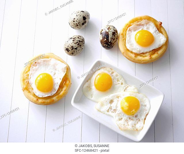 Mini pizzas with cheese and quail's eggs