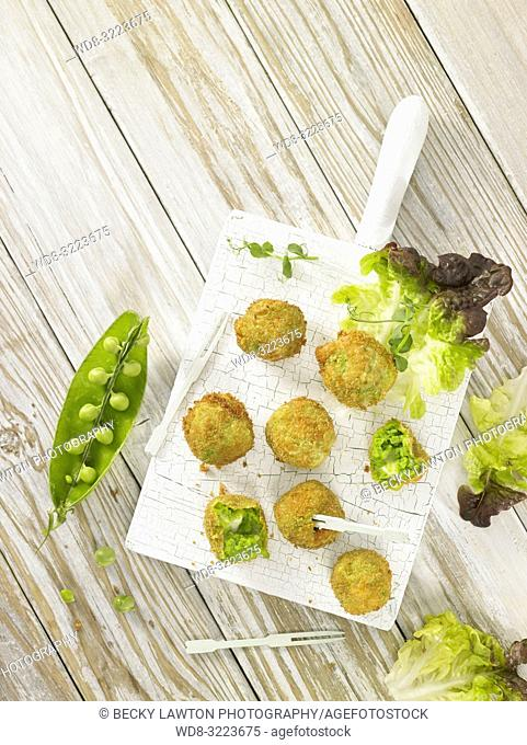croquetas de guisantes con lechuga / Pea croquettes with lettuce