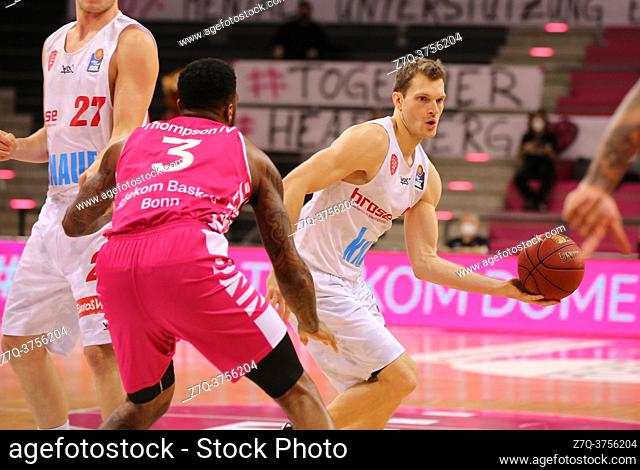 Bonn, Germany, 09. 01. 2021, Telekom Dome, Basketball Bundesliga, Telekom Baskets Bonn vs s. Oliver Wuerzburg: James Thompson IV (Bonn) und Florian Koch...