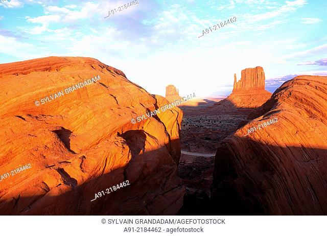 USA.SOUTH WEST.ARIZONA & UTAH.NAVAJO RESERVATION OF MONUMENT VALLEY.RED ROCKS PEAKS (MESAS) AT SUNSET