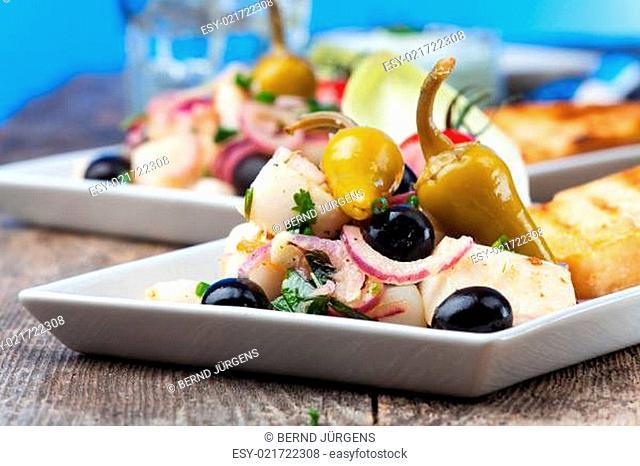 Griechischer Salat von gegrillten Tintenfisch