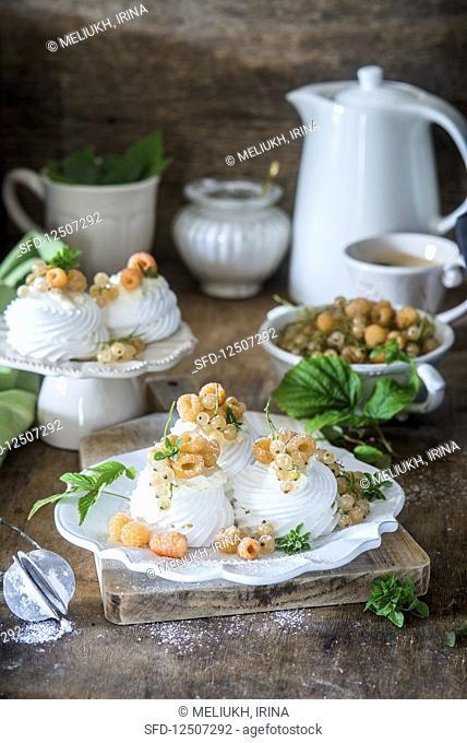 Mini meringue cakes with white raspberries