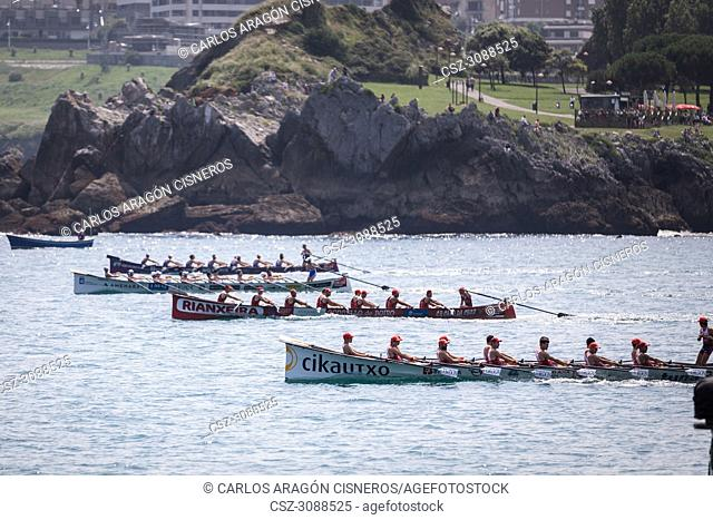 CASTRO URDIALES, SPAIN - JULY 15, 2018: Start competition of boats, regata of trainera, Ondarroa Cikautxo, Cabo, Donostiarra and Santurtzi Iberdrola boats in...