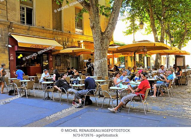 France, Bouches-du Rhône, Aix en Provence, Terrasse de café sur une place