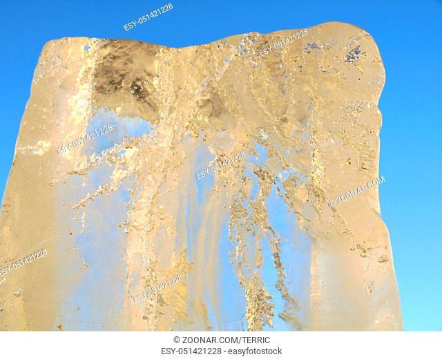 Eisblock aus gefrorenem, klarem Wasser