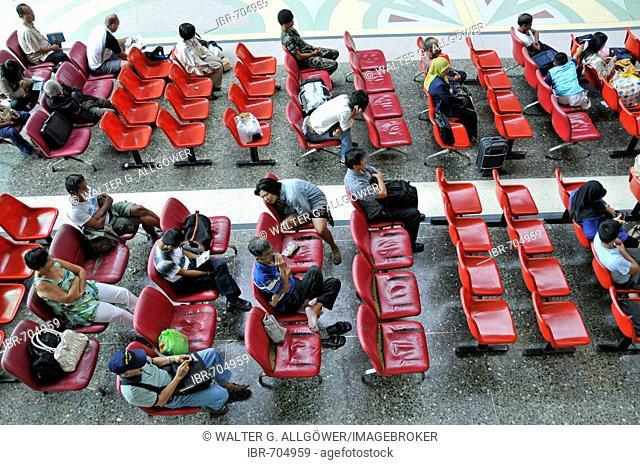 People waiting at Hua Lamphong central railway station, Chinatown, Bangkok, Thailand, Southeast Asia