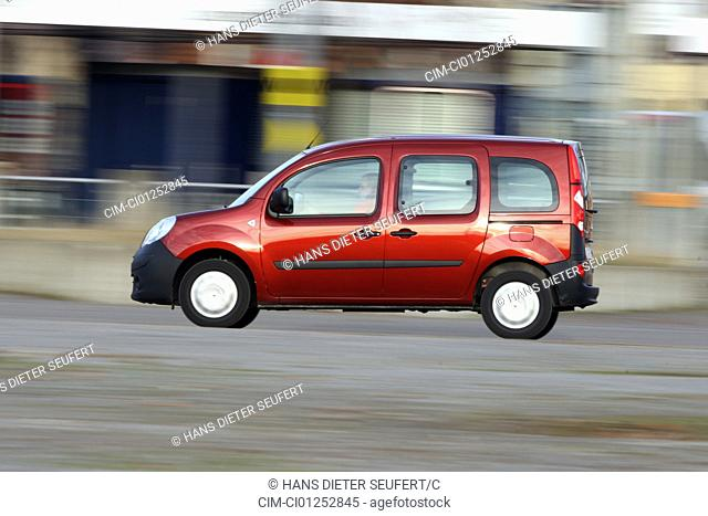 Renault Kangoo 1.6 16V, model year 2008-, ruby colored, driving, side view, City