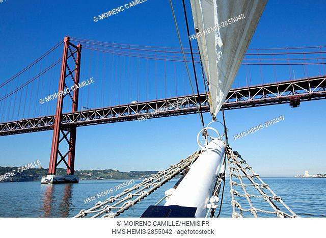 Portugal, Lisboa e Setubal province, Lisbon, 25 April bridge, navigation on the Tagus