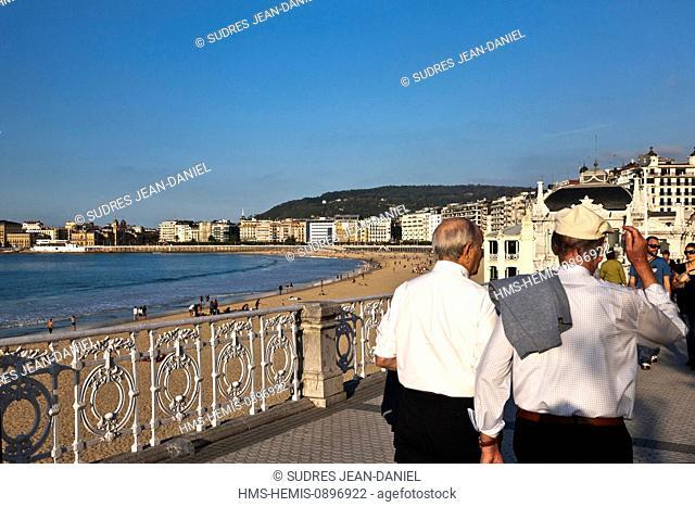Spain, Basque Country, Guipuzcoa province (Guipuzkoa), San Sebastian (Donostia), European capital of culture 2016, Paseo de la Concha Concha beach