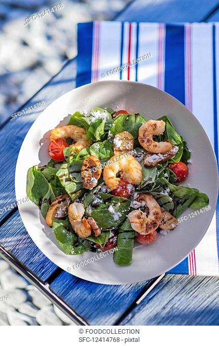 Spinach salad with prawns