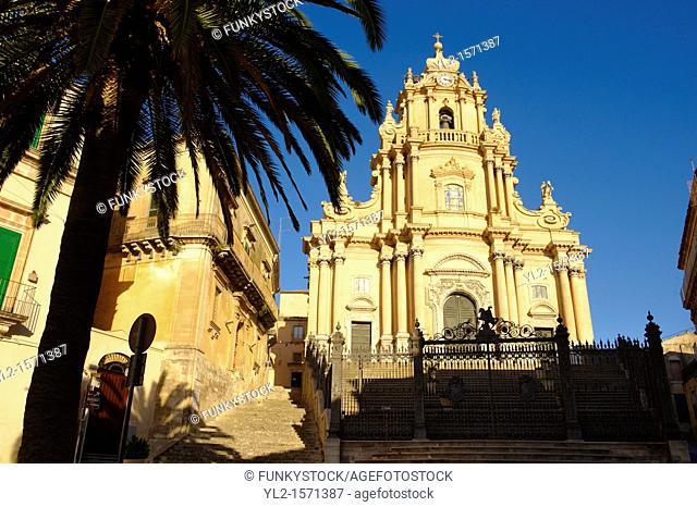 Baroque cathedral of St George designed by Rosario Gagliardi , Plaza Duomo, Ragusa Ibla, Sicily