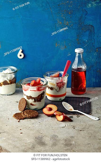 Quark cream with pumpernickel and plums