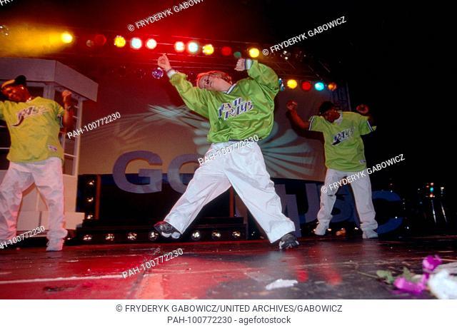 """Tänzer auf der Bühne bei der Veranstaltung """"""""Kids Go Music"""""""" in München, Deutschland 1998. Dancers on stage at """"""""Kids Go Music"""""""" event in Munich, Germany 1998"""