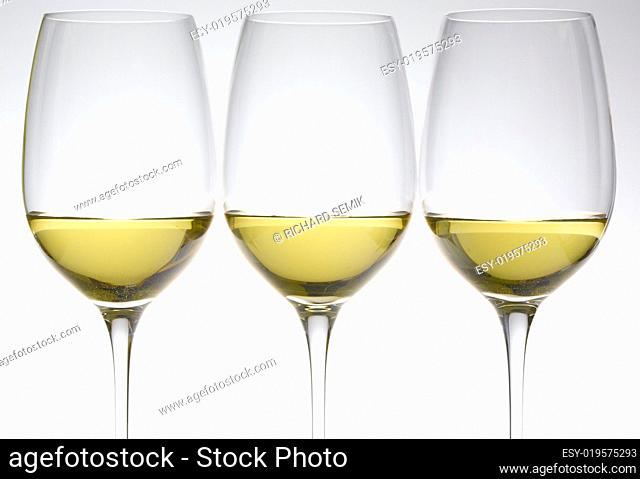 wineglasses with white wine