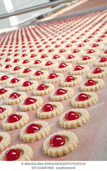 Production of biscuits on conveyor