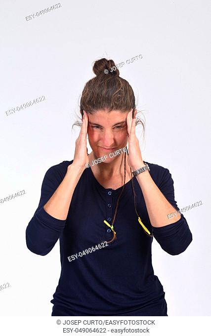 mujer con dolor de cabeza en blanco