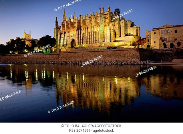 Spain, Balearic islands, Majorca, Palma, Palma cathedral at night (La Seu)