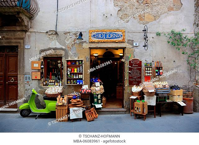 Italy, shop for gourmet food in the lane Via Roma in the Old Town of Pitigliano, products from the region of Maremma, Tuscany