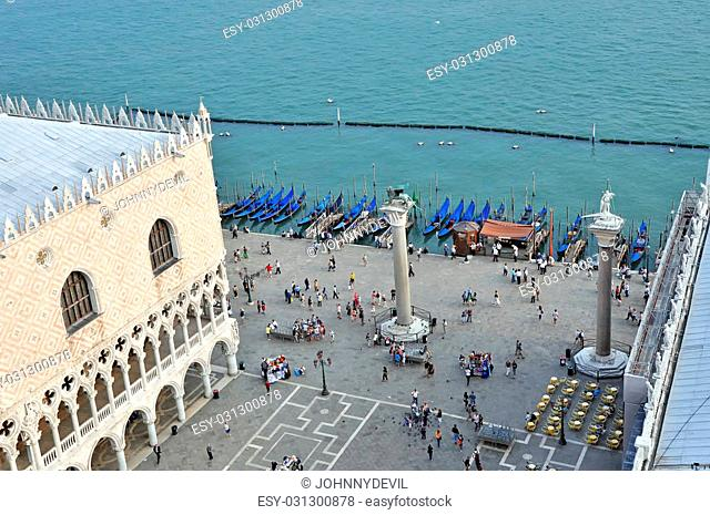 VENICE, ITALY - 30 SEPTEMBER, 2009: Tourists on San Marco square look for free gondolas to have a boat ride in Venice on September 30, 2009