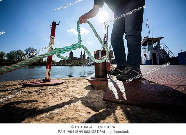 "18 April 2019, Hessen, Seligenstadt: The ferryman sets sail on the Main ferry """"Stadt Seligenstadt"""" on the Bavarian side of the Main"