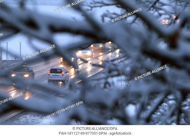 27 November 2018, Bavaria, Unterthingau: Cars drive in the morning rush hour on the B12 in the bustle of snow. Photo: Karl-Josef Hildenbrand/dpa