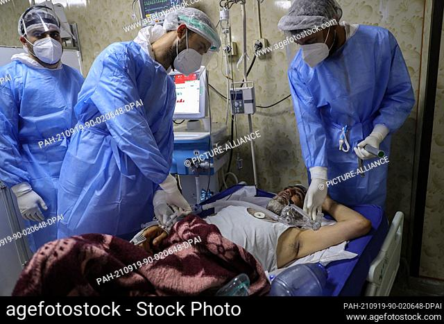 19 September 2021, Syria, Idlib City: Medics resuscitate a man who stopped breathing due to coronavirus-related complications at the intensive care unit of the...