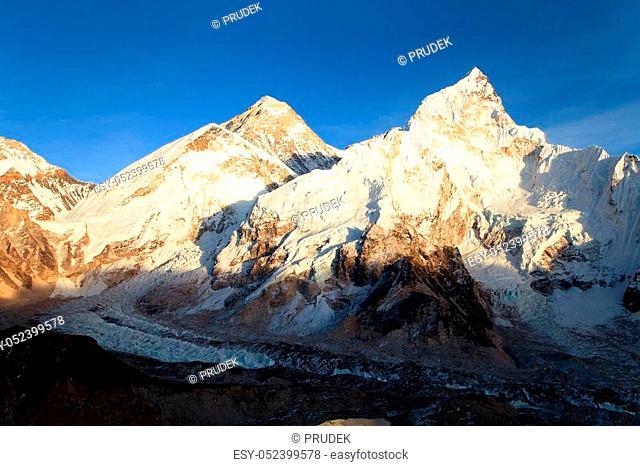 Mount Everest, Evening panoramic view of Mount Everest from Kala Patthar - Way to Mount Everest base camp, Sagarmatha national park, Khumbu valley, Nepal